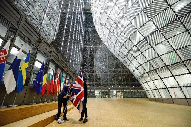 Arrien la bandera britànica a la seu de la Unió Europea.