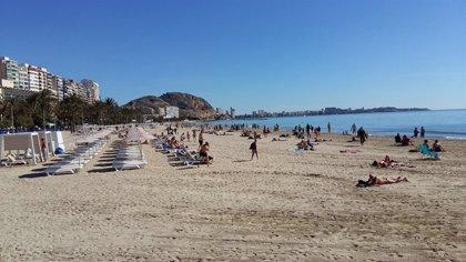 La limpieza de playas en la temporada de verano en Alicante se prolongará hasta el 15 de octubre
