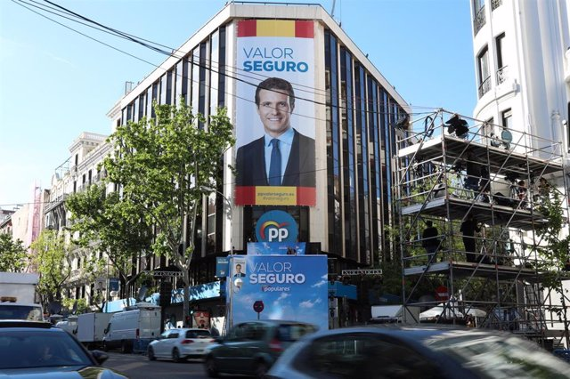 La sede del Partido Popular se prepara para el seguimiento de los resultados electorales, en la calle Génova de Madrid.