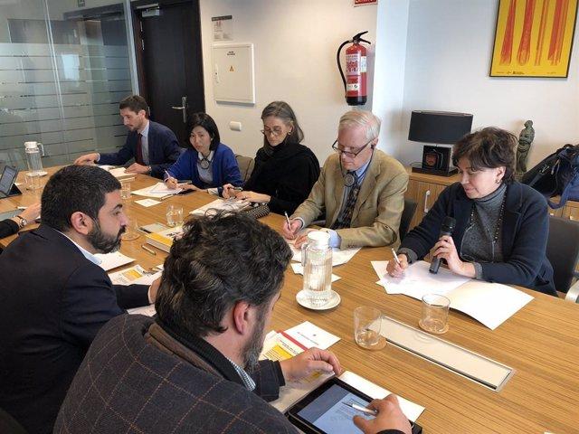 El conseller de Treball, Assumptes Socials i Famílies de la Generalitat, Chakir El Homrani, en una reunió amb el relator especial de l'ONU sobre l'extrema pobresa i els drets humans, Philip Alston.