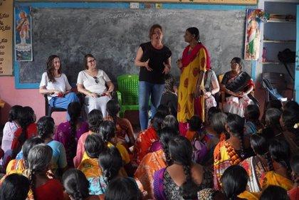 Armengol inicia su viaje oficial a la India con la visita a un grupo de autoayuda para mujeres en exclusión social