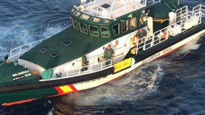 Rescatados dos tripulantes de un catamarán al volcar la embarcación a cuatro millas de la costa de Mijas (Málaga)