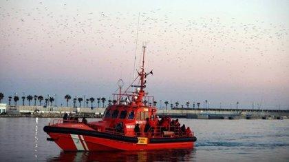 Rescatan a 63 personas a bordo de una patera en el mar de Alborán y las trasladan al puerto de Málaga