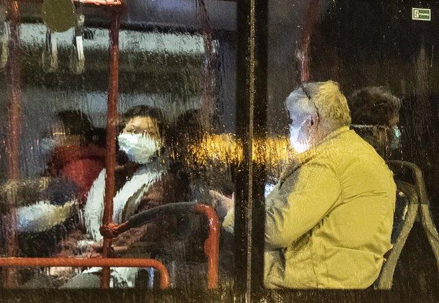 Imagen de dos personas con mascarillas en el aeropuerto de Frankfurt.