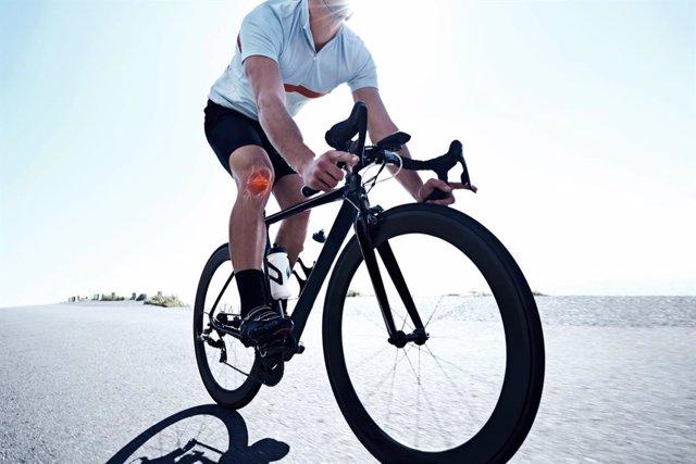 Ciclista y dolor de rodilla.