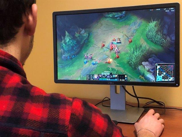 Chico jugando al videojuego League of Legends (LoL)