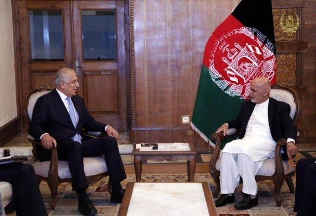 Zalmay Khalilzad, enviado especial de Estados Unidos para Afganistán, en una reunión con el presidente afgano, Ashraf Ghani