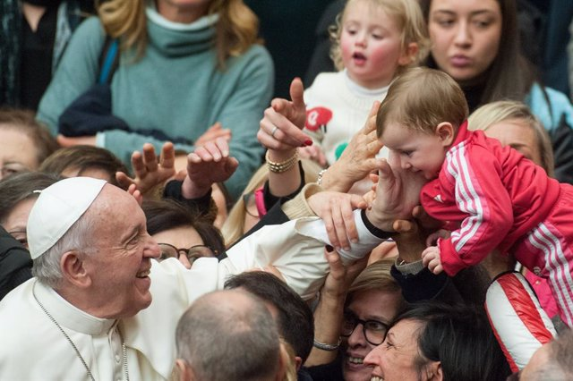 """El Papa pide """"proteger la vida desde el principio a su fin natural"""" y combatir l"""