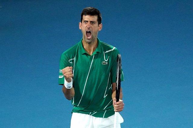 Tenis/Australia.- Djokovic agarra su octavo título en Melbourne y recupera el nú