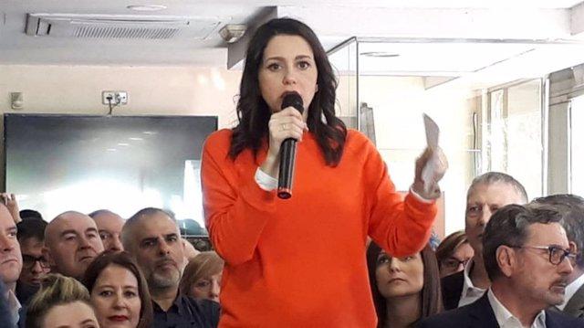 La portavoz de Cs en el Congreso y candidata a la presidencia del partido, Inés Arrimada, en declaraciones durante un encuentro con afiliados de la formación en L'Hospitalet de Llobregat (Barcelona)