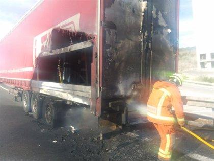 Un accidente entre un camión y un coche causa un incendio que obliga a cortar el tráfico en la A-3 a la altura de Bunyol