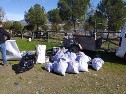 Una treintena de personas recogen basura en el entorno del pantano de Los Molinos en Hornachos