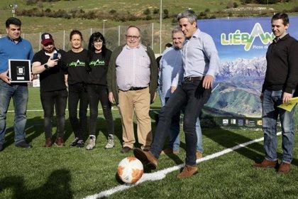 Zuloaga inaugura el campo de fútbol de Tama