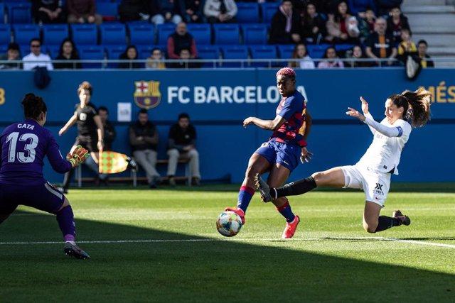 Asisat Oshoala dispara a puerta en el FC Barcelona - Sevilla de la Primera Iberdrola 2019-2020