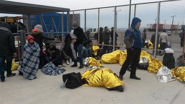 Un grupo de inmigrantes llegados a la isla griega de Kos y atendidos por MSF