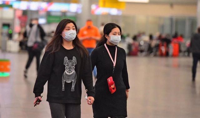 Dos mujeres asiáticas en el aeropuerto de Moscú.