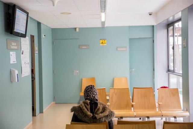 Una dona espera el seu torn a la sala d'espera del CASAP de Castelldefels (arxiu)
