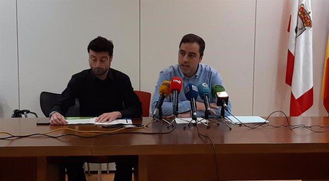 El presidente y el gerente de Emulsa, Olmo Ron y Alfonso Baragaño, respectivamente, presentan la campaña informativa de residuos orgánicos de la zona Centro de Gijón