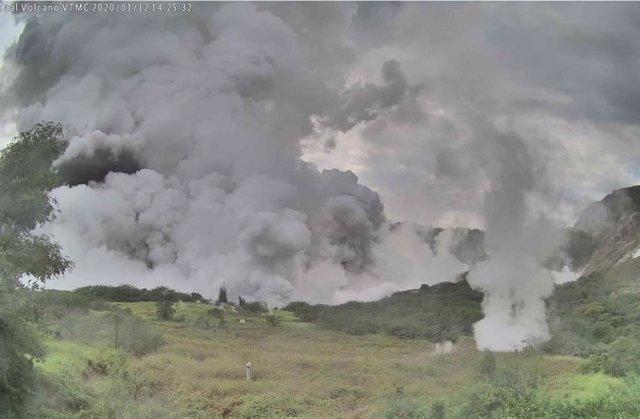 Filipinas.- El volcán Taal escupe una nueva columna de cenizas sobre Filipinas