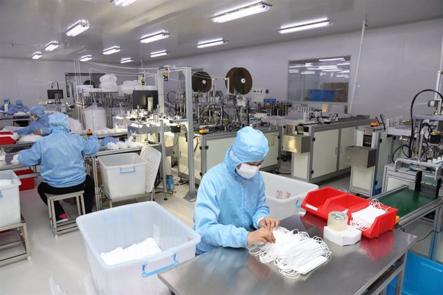 03 February 2020, China, Nantong: Employees work at a workshop of an export textile enterprise to produce 200,000 masks every day to help prevent and control the coronavirus. Photo: Xu Congjun/SIPA Asia via ZUMA Wire/dpa