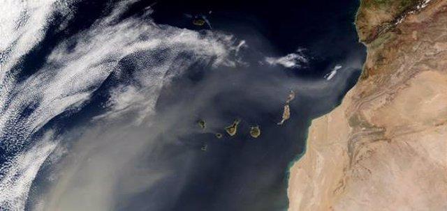Imagen satélite de una oleada de polvo del Sahara sobre el Atlántico