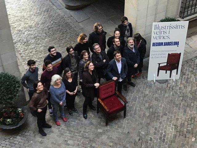 L'alcaldessa de Barcelona, Ada Colau, i el regidor de Participació, Marc Serra, presenten els primers pressupostos participatius amb l'equip de Participació de l'Ajuntament, 3 de febrer del 2020.