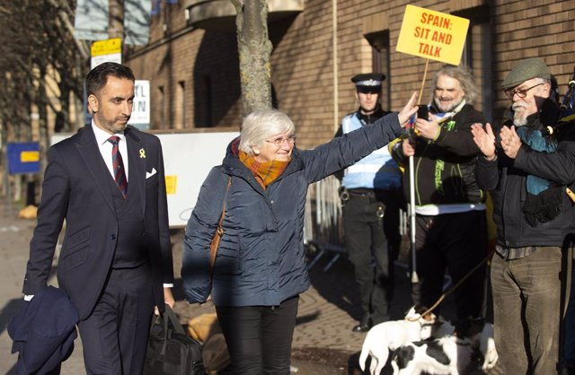 14 November 2019, Scotland, Edinburgh: Spanish Professor Clara Ponsati (R) arrives with her lawyer Aamer Anwar at St Leonard's Police Station as she faces extradition to Spain. Photo: Lesley Martin/PA Wire/dpa