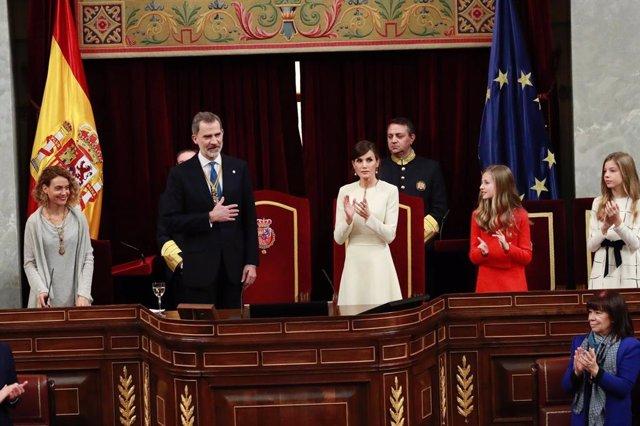 El Rey abre la legislatura llamando al diálogo dentro de la Constitución, mientr