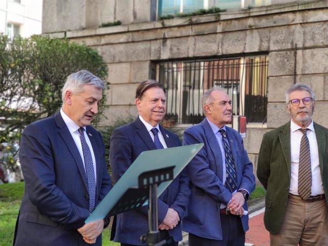 Acto de inauguración de una placa en homenaje al catedrático Fernando Pendás Fernández, fallecido en diciembre de 2018, con el rector, Santiago García GRanda, en primer término, junto al alcalde de Oviedo, Alfredo Canteli.