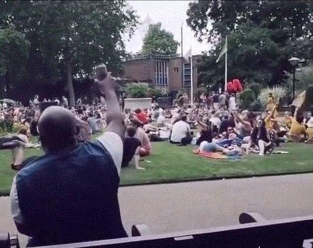 Un parque entero improvisa 'Living On A Prayer' de Bon Jovi junto a un hombre sentado en un banco