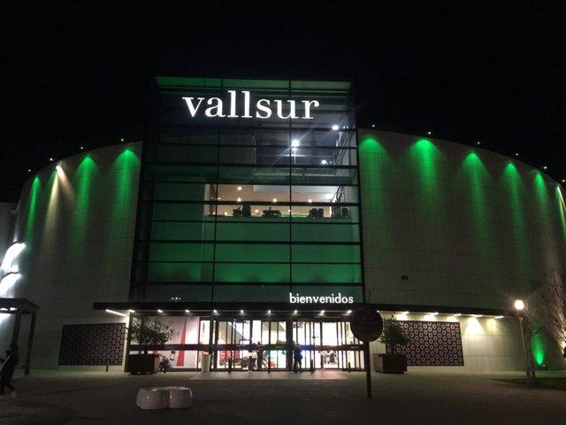 COMUNICADO: Vallsur se ilumina de verde con motivo del Día Mundial contra el Cán