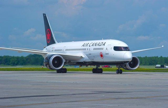 Un avión de Air Canadá sobrevuela Madrid antes de regresar a Barajas por un prob
