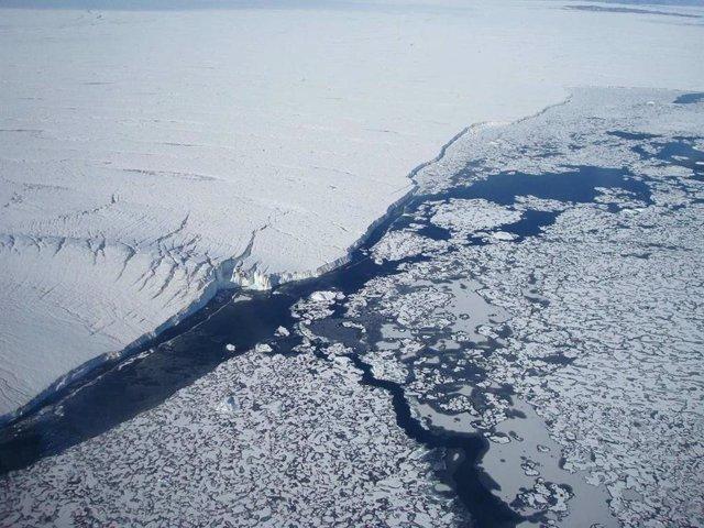 Describen cómo agua tibia del océano socava glaciares en Groenlandia
