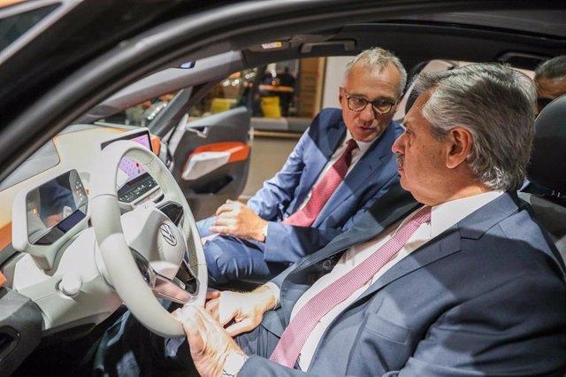 El presidente argentino, Alberto Fernández, prueba un nuevo modelo de Volkswaggen en Alemania
