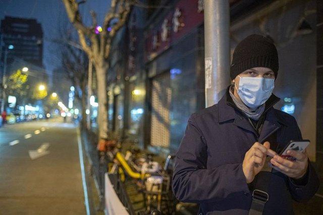 Un hombre se protege del coronavirus con una mascarilla en Shanghái.