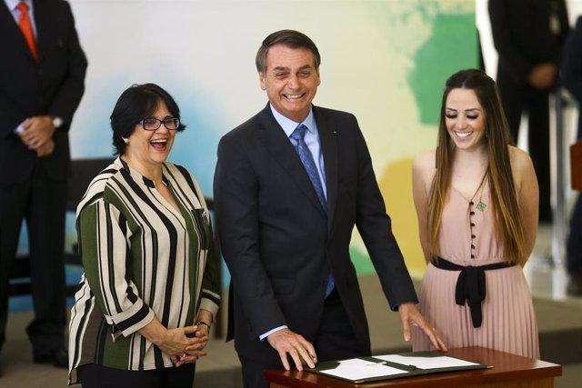 El presidente de Brasil, Jair Bolsonaro, junto a la ministra de la Mujer, Familia y Derechos Humanos, Damares Alves (izquierda).