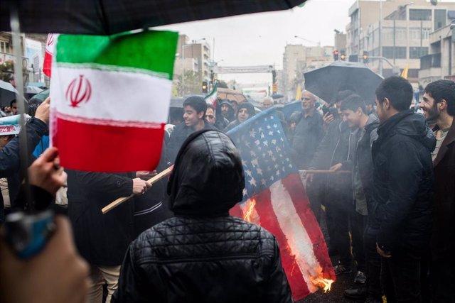 Manifestantes iraníes queman una bandera de Estado Unidos en el 40 aniversario de la Revolución