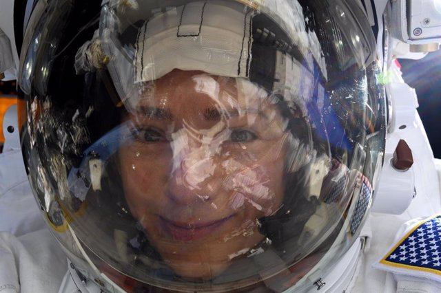 Selfie con la Tierra reflejada en el visor de una astronauta de la NASA