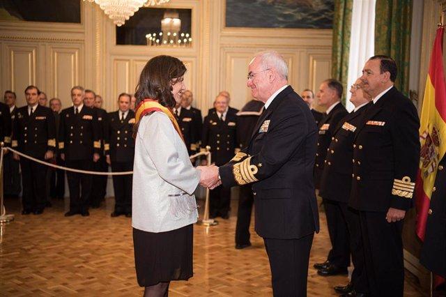 María Saavedra en el momento de recibir la Gran Cruz al Mérito Naval