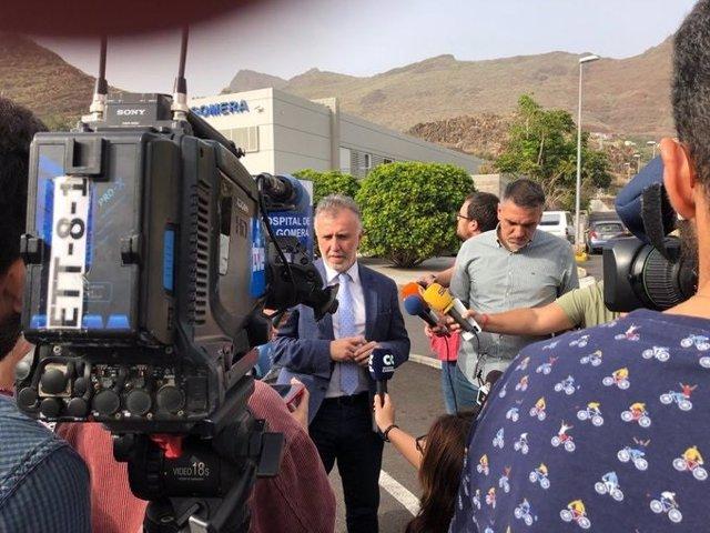 El presidente de Canarias, Ángel Víctor Torres, atiende a los medios en el exterior del Hospital Ntra. Sra. De Guadalupe