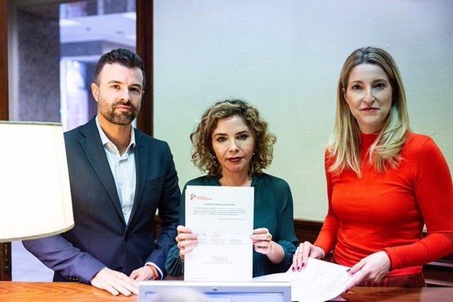 Los diputados de Ciudadanos Pablo Cambronero, Marta Martín y María Muñoz registran en el Congreso una iniciativa en el Día Mundial del Cáncer