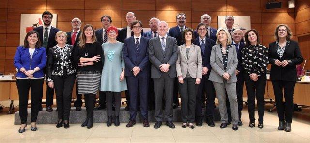 Foto de familia del ministro de Sanidad, Salvador Illa junto al resto de consejeros y representantes de Sanidad de las comunidades autónomas, tras el pleno del Consejo Interterritorial de Sanidad para tratar la situación del Coronavirus, en Madrid.