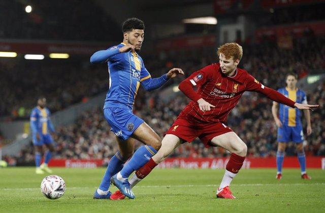 Fútbol.- El Liverpool más joven de la historia responde en el 'replay' y avanza