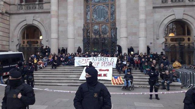 Protesta dels CDR davant el Tribunal Superior de Justícia de Catalunya (TSJC) el 23 de febrer del 2018.