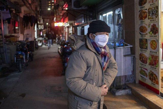 3 de febrer del 2020 - Xangai, Xina: Un home duu mascareta arran del brot de coronavirus. (Dave Tacon/*Contacte)