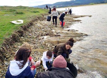 Una veintena de voluntarios del programa medioambiental de Abanca retira casi 70 kilos de residuos plásticos en Baldaio