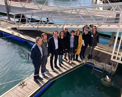 Instalan tres papeleras marinas para la recogida de residuos contaminantes en el puerto de Ciutadella