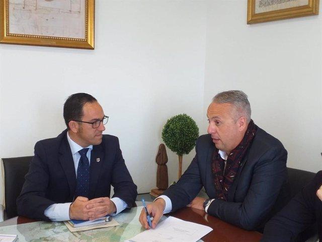 El responsable del área de Servicios Económicos, Hacienda y Recaudación de la Diputación de Cádiz, Juan Carlos Ruiz Boix, y el alcalde de Vejer de la Frontera, Manuel Flor.