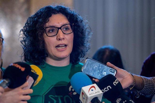 La representante de la Plataforma de Afectados por la Hipoteca (PAH), Lucía Delgado ofrece declaraciones a los medios de comunicación después de la sesión plenaria del Parlament de Catalunya, en Barcelona (España), a 5 de febrero de 2020.