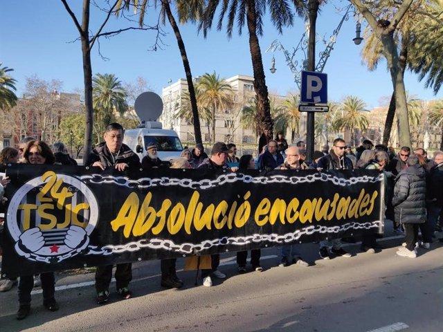 Concentració de suport a 13 acusats de desordres i desobediència per encadenar-se a les portes del TSJC el febrer del 2018